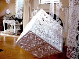 Nous pouvons apercevoir une des œuvres de Georges Nuku. L'oeuvre est réalisée en plexiglas sous forme d'un cube et bien d'autre. Son travail est reconnu dans le monde entier. RD
