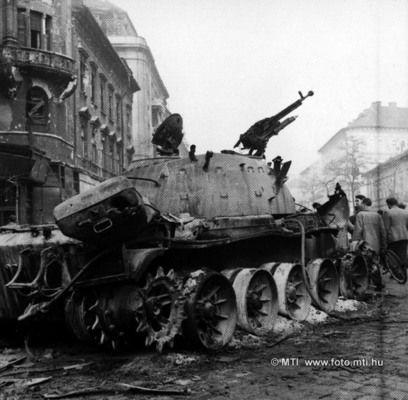 """Budapest, 1956. november 2. Forradalom és szabadságharc Magyarországon, 1956-ban. A képen: """"Molotov-koktéllal"""", azaz benzines palackkal fölrobbantott orosz páncélos a pesti utcán. MTI Fotó"""