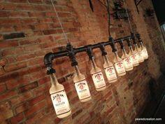 Diese Lampe wurde als eine Hommage an ein amerikanischer Klassiker gebaut und ist auf der Mann-Höhle zeigen, schmücken den Strahl Familiensitz. Da sie uns zusätzliche Flaschen zur Verfügung gestellt, dachten wir, wir anderen verfügbar hier auf Etsy machen würde. Die Lampe ist aus industriellen Stil schwarz Eisen Rohrleitung konstruiert. Die Flaschen sind fest durch benutzerdefinierte Gummidichtungen gesichert, die die Flasche zu erfassen, ohne Schaden anzurichten. Eine niedriger Wattzahl…