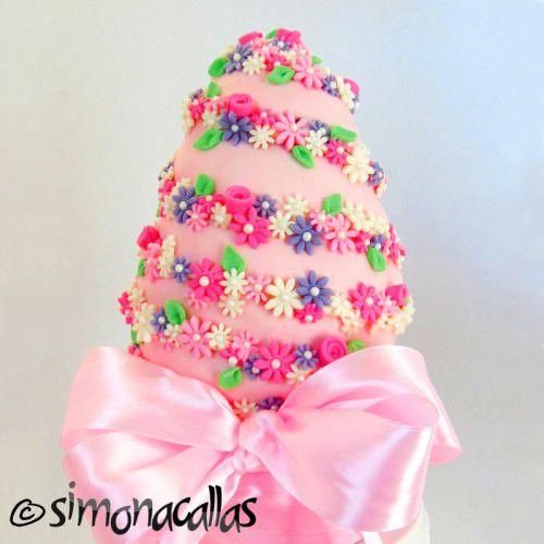 Tort de Paste in forma de ou Pentru Paşte, am ales un tort în formă de ou, după un model pe care l-am văzut la Pamela McCaffrey – o doamnă foarte talentată şi cu idei minunate în materie de cake design. Pentru compoziţie am ales combinaţia roz-maro (care mi se pare fantastică vizual);blatul cu ciocolată... Read More