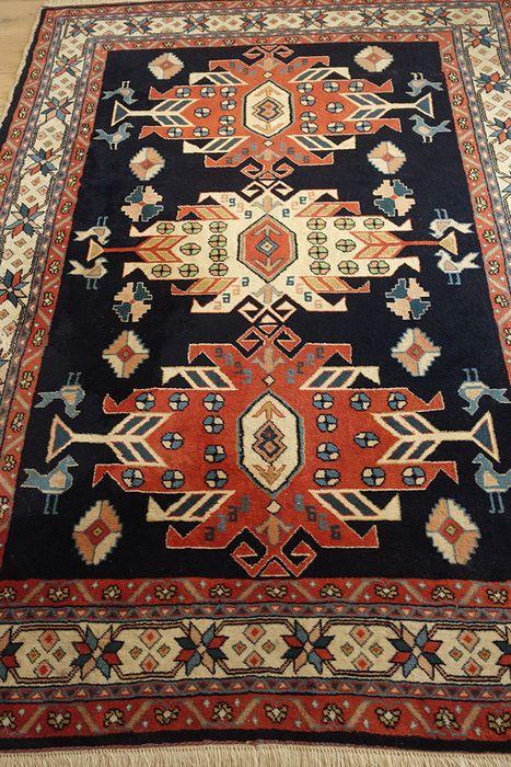 Prachtig Adler Kars Kazakh tapijt uit de jaren '80 - noordoost Turkije - Ca. 174 x 128 cm  Dit unieke handgemaakte Adler Kazakh tapijt dateert uit de tweede helft van de 20e eeuw. Het is met de hand geweven door Koerdische ambachtslieden uit de stad Kars in noordoost Turkije. De nabijheid van de Caucasus is terug te zien in het algehele ontwerp van dit prachtige tapijt inclusief de drie arend- (Adler) medaillons. Het is in zeer goede staatAfmetingen: ca. 174 x 128 cmMateriaal: hooglandwol op…