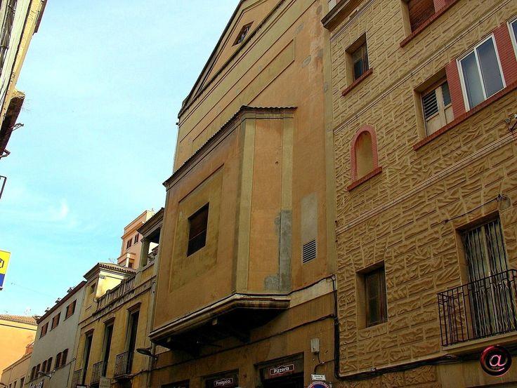Muralla de Sant Antoni, part posterior de diferents edificacions que algunes també tenen façana a la plaça de El Pati. Destaca la galeria-voladís corresponent a l'escenari i pantalla de l'antic Cine Valls.
