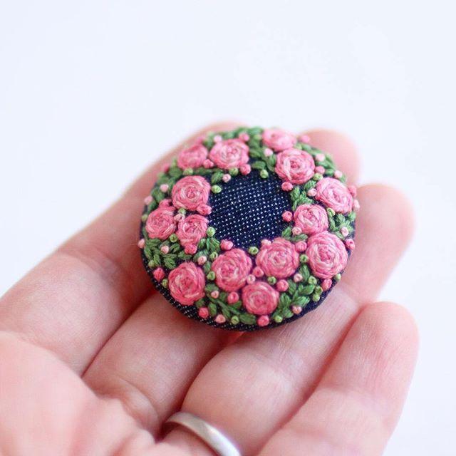 * . ミニ薔薇のブローチ . . #刺繍#手刺繍#ステッチ#手芸#embroidery#handembroidery#stitching#needlework#자수#broderie#bordado#вишивка#stickerei