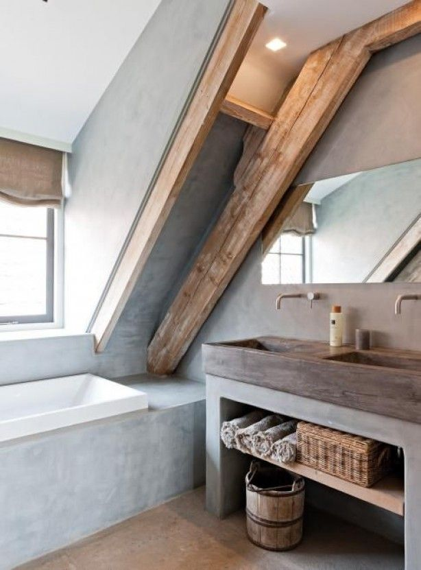 mooie badkamer voor op zolder. Italiaans stuc met de houten balken geeft een robuuste stijl.