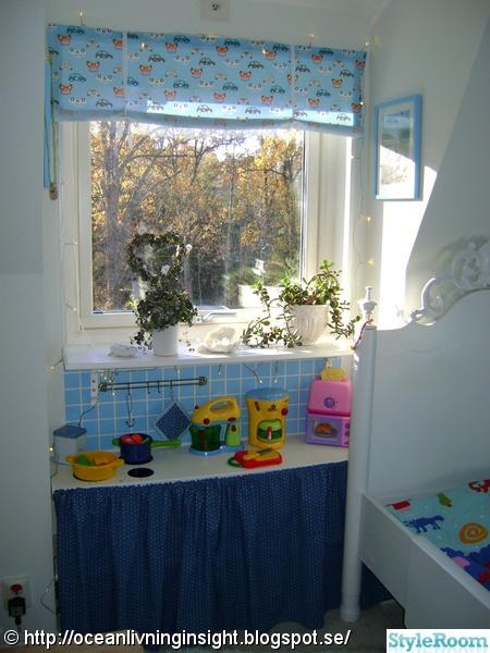 Litet barnkök under fönstret