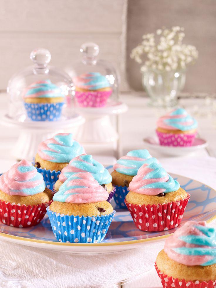 Süße kleine Muffins mit einem Topping aus Crème double und vegetarischem Geliermittel