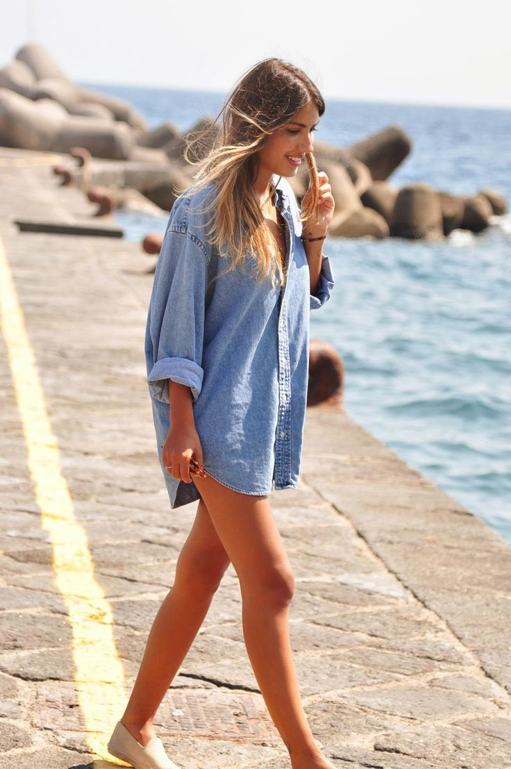 Simples e lindo ... Camisa jeans oversized (ou do namorado mesmo) para usar como saída de praia