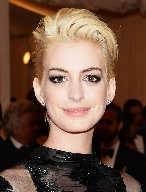 Anne Hathaway changed her hair colour.