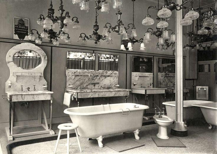 Interieur van winkel in sanitair en lampen, met oa badkuipen, wastafels met spiegels en vele lampen in beeld. Nederland, Amsterdam, 1919.