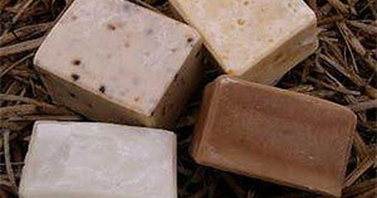 Receta para hacer jabón cremoso. Fabricar jabón a mano puede ser divertido... y también más saludable para tu familia. Un beneficio de hacer y usar jabón a mano es que puedes agregar ingredientes adicionales para ayudar a aliviar la piel seca o irritada, como aceite de coco o cera de abeja. Estos jabones cremosos pueden ser de gran ayuda para las personas que sufren enfermedades ...