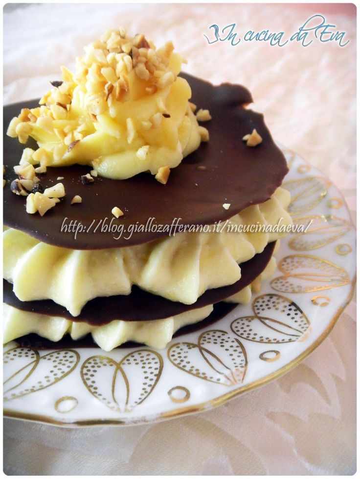 Crema al mascarpone su sfoglie di cioccolato (mascarpone cream layered with sheets of chocolate)