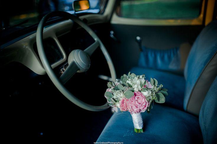 Wedding retro car Photo ideas #grabazei #outdoorwedding #nuntainaerliber #bucuresti #bucharest fotograf nunta bucuresti summer masini retro nunta #palatulstirbei bouquet