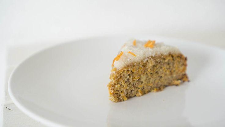 Würzig und süß zugleich, dieser Paleo Karottenkuchen ist toll für besondere Anlässe, die Zitronencreme schafft den perfekten Ausgleich zum nussigen Kuchen!