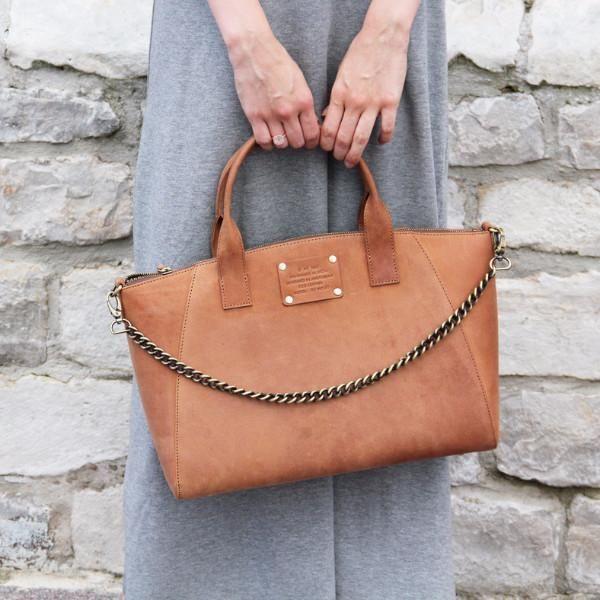 Fly Violet vergezelt jou graag naar jouw werk of op een dagje naar het stad. Een stevige, elegante handtas, die door het eco-leder nog een vintage-look krijgt. #ecoleder