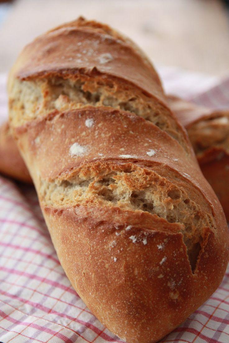 Il y a de cela presque un mois, Manue m'a fait le cadeau d'une partie de son levain, afin de me relancer dans l'aventure ! Aussitôt adopté, aussitôt dénommé ... Germain ! Et mon petit levain j'en prend soin. Au final j'arrive à faire du pain deux fois par semaine - je suis vraiment fan de la confection de pain au levain / car oui je le fait intégralement au levain, sans un grain de levure ! Il est plutôt liquide et je suis les conseils suivants : La veille au soir de ...