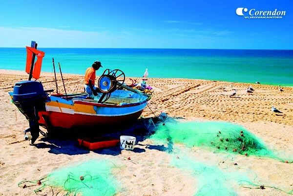 Pittoreske vissersbootjes sieren het strand.