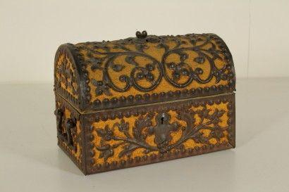 Epoca: Primi '900  Descrizione: Scatola portagioie in legno rivestita in tessuto con applicazioni in ferro battuto raffigurante rami e foglie.