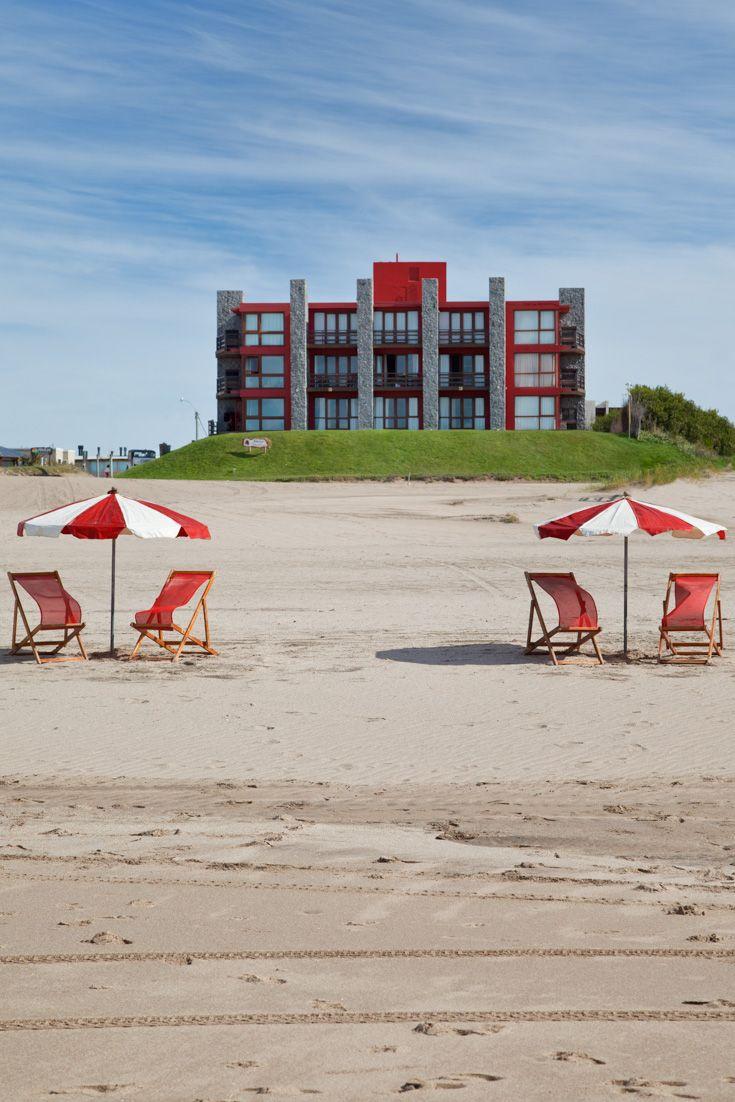 Fachada de piedra de hotel en primera línea de playa. Look at the symmetry!
