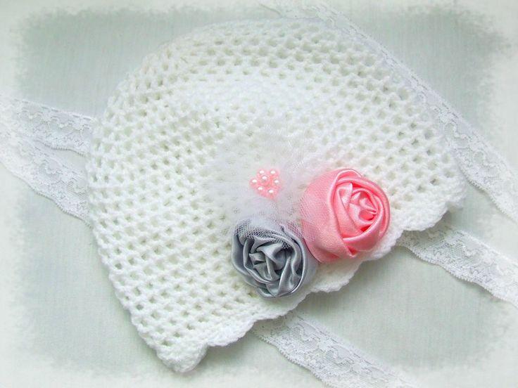 czapeczka biała z różyczkami