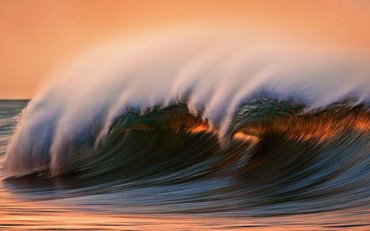 Обои Морские волны освещены солнцем на закате