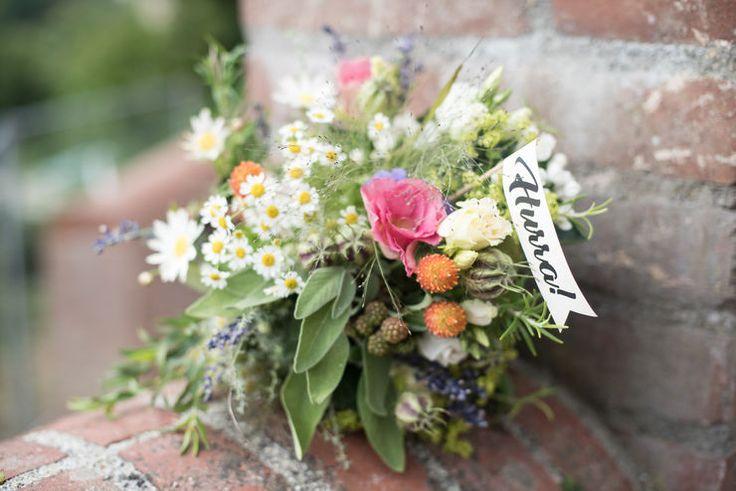 natürlicher Brautstrauß mit Wildblumen und Kräutern