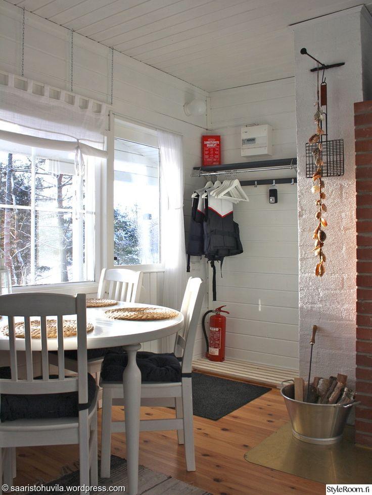 """""""SaaristohuvilanTaru"""":n pöydän ääressä kelpaa juoda aamukahvit talvellakin. #styleroom #inspiroivakoti #mokki"""