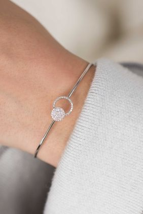 This delicate piece of jewellery is adorned with a diamond gemmed circle that acts together with another seductively shimmering diamond as an extra exquisite closure. It only remains for us to say 'WOW'! #bangle #diamonds #whitegold WWW.NEWONE-SHOP.COM
