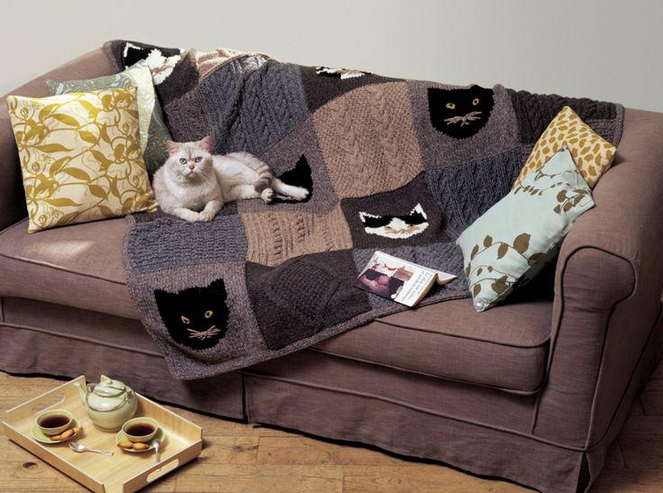Un plaid au motif de chat fait de 25 carrés de laine tricotés
