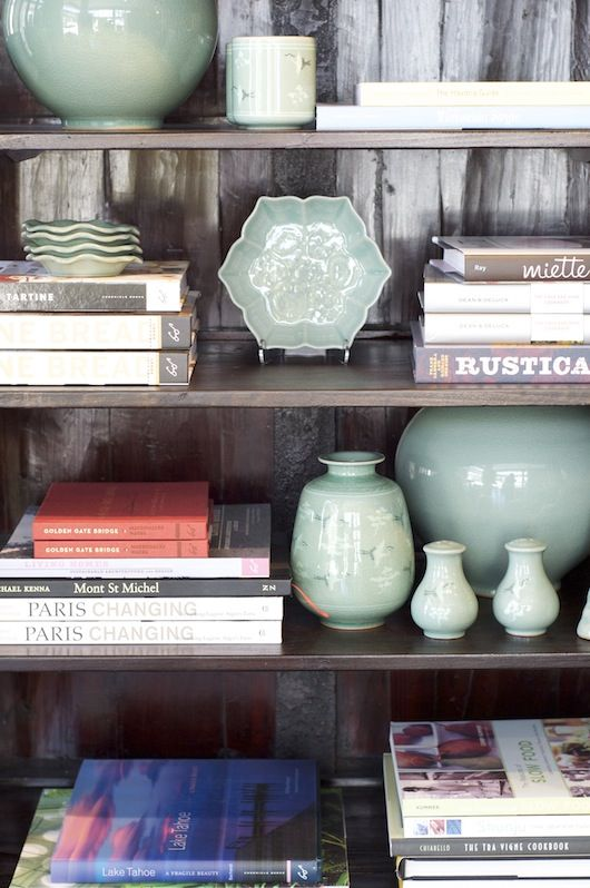 use objects of the same color to tie your bookshelf together.