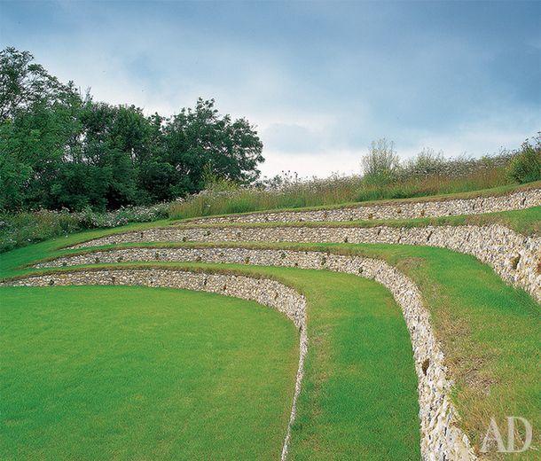 Каменный амфитеатр находится в западной части сада. Подпорные стенки из дикого…