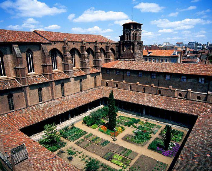 Installé, depuis 1793, dans le couvent des Augustins qui lui donne son nom, le musée offre au visiteur le privilège de découvrir l'un des plus beaux ensembles monastiques des XIVe et XVe siècles, qui abrite des collections représentatives des étapes majeures de l'histoire de l'art du Moyen Age au début du XXe siècle.
