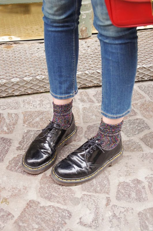 Chaussettes à paillettes multicolores et derbies Dr. Martens