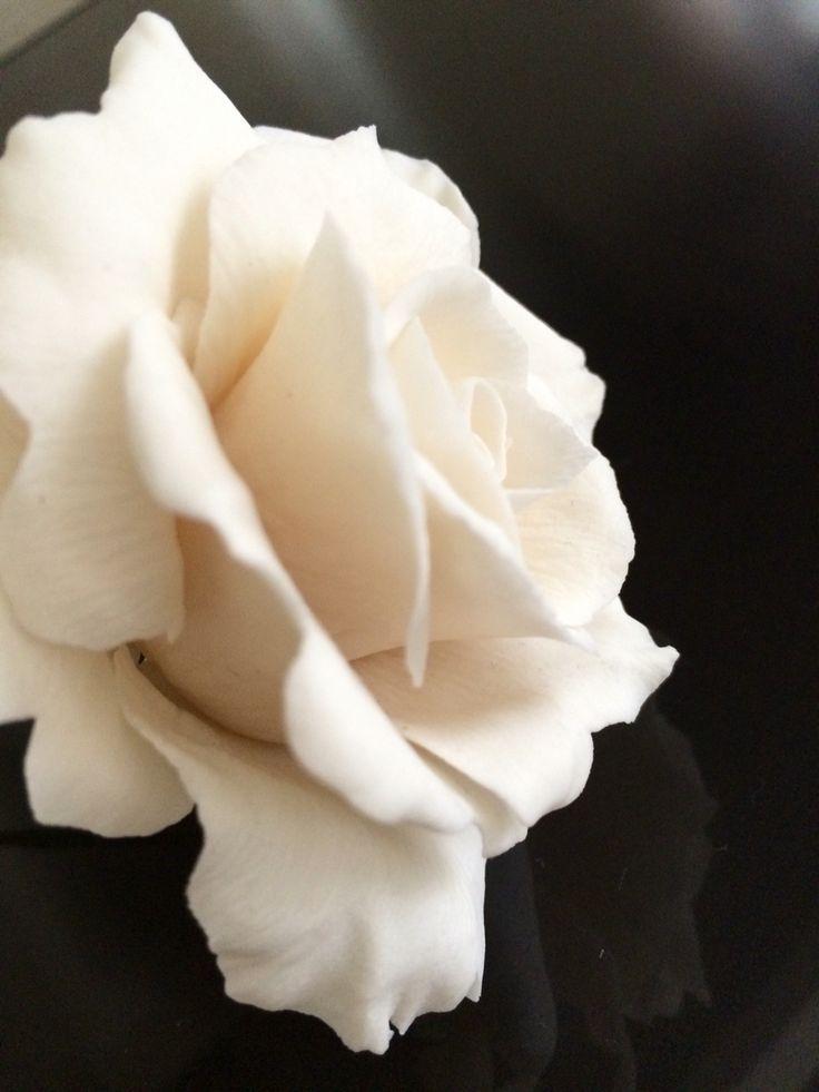 Buona giornata! Rose in pasta di zucchero stanno sbocciando....  #spaziocri #sugarflowers #handmadeflowers #instafood #instagood
