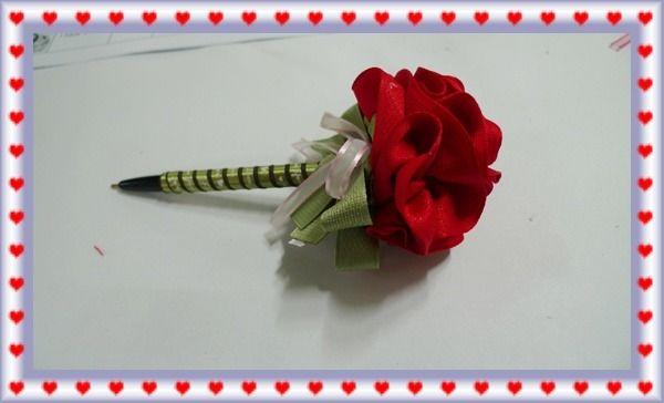 리본볼펜   꽃잎 25mm 30cm*1개 잎사귀 25mm 4cm*5개 볼펜 5mm 55cm*1개 리본 15mm 15cm*2개, 오간디 5mm 10cm*3개 볼펜, 반진주  (꽃만들기) 25mm 30cm를 홈질하여 적당히 잡아 돌돌 말아가며 글루건으로 붙여 준뒤 꽃모양을 잡는다.   (꽃잎만들기) 25mm 4cm L모양으로 5장을 흠질하면서 이어주고 잡아당겨 처음부분과 이어주어 마무리하면잎가귀가 된다   볼펜의 뒷부분을 글루건으로 붙여 펜심을 고정 시킨 다음 볼펜에 양면..