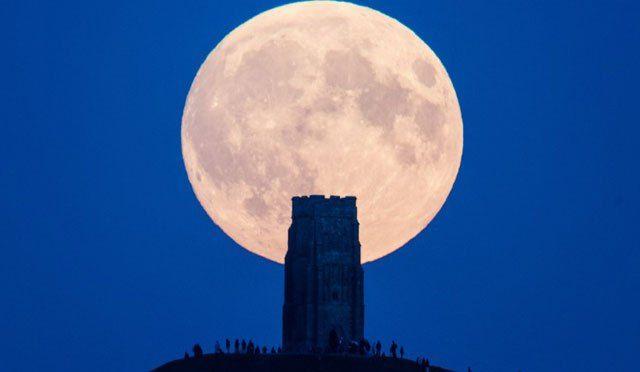 Es gibt nahezu jedes Jahr ein astronomisches Ereignis, dass die Welt, oder zumindest Teile davon, in Atem hält. Manchmal sind es Meteoritenschauer ungeahnten Ausmaßes, manchmal eine Sonnenfinsterni…