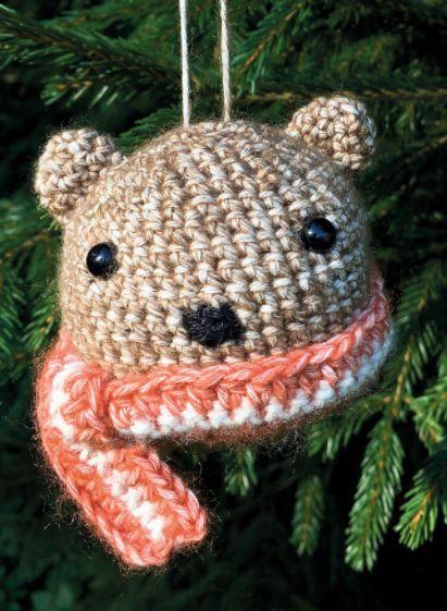 Kleines Amigurumi-Bärchen als Christbaumkugel für Weihnachten - Häkelanleitung via Makerist.de