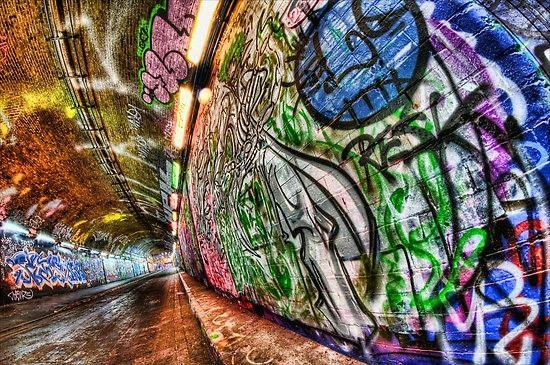 tunnel street art: Ce long tunnel aux graffitis éphémères laisse libre cours à l'envie des artistes qui peuvent y exprimer leur art en toute légalité. Grâce à ses 300 mètres recouvert de graffitis en tout genre, redécouvrez la liberté d'expression à son état pur tout en contemplant les différentes équipes de graffeurs donner vie à leurs œuvres. Leake street près de la gare de Waterloo, Londres.