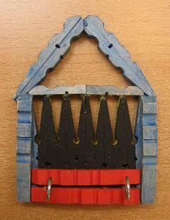 Jozef in de gevangenis. Hij kon er niet uit want de deur was op slot. Sleutelhuisje, gebruik goede lijm (alleslijm/knutsellijm met rode dop).
