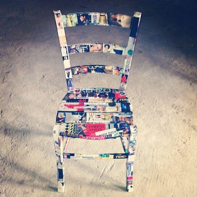 rivisitazione  sedia di legno con decoupage di ritagli di giornale
