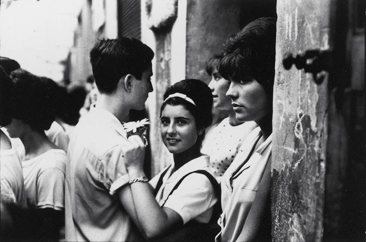 """© Miserachs, Xavier. Festes de Gràcia, Barcelona, 1964. Sèrie: """"Barcelona Blanc i Negre"""". ca. 1964. Fotografia a les sals de plata. 24 x 30 cm. Còpia vintage. Collecció MACBA. Fundació MACBA. Donació Agrolimen"""