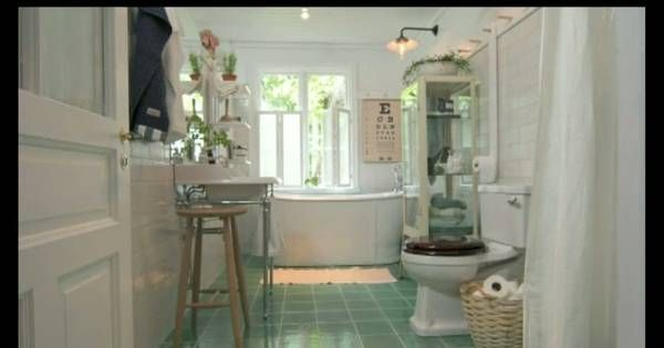 Herrgårdsflygeln saknade tidigare badrum inomhus. I det sjätte avsnittet av Sommar med Ernst byggs ett modernt badrum, med inspiration från läkarmottagningarna Ernst minns från sin barndom.