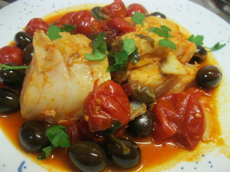 Ingredienti per 4 persone: 4 pezzi di stoccafisso 400 grammi di pomodorini in scatola o pelati olive nere a piacere capperi sotto sale a piacere 1 spicch