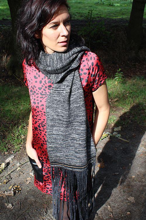 B.Loved scarf Ruffles and Chain & Missy Taylor jurk panterprint € 69,95 / € 79,95 #bloved #beloved #scarf #sjaal #winter #warm #grijs #wintersjaal #sjaals #shawl #missytaylor #jurk #jurken #jurkje #panterprint #dierenprint #stoer #edgy #rood #red #mode #fashion #kleding #inspiratie #inspiration #webshop #moderood #moderoodblog