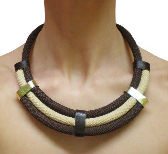 Collana di corda con strisce di cuoio. di MyHandmadeJewels su Etsy, €14.00