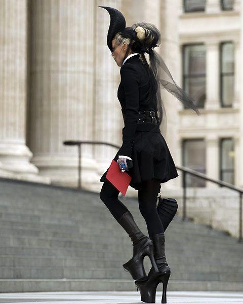 Google Image Result for http://2.bp.blogspot.com/-tIugs9HFd6s/TnMUVhRo6oI/AAAAAAAABjw/Cs2yUglzpuY/s1600/Alexander-Lee-McQueen-Memorial-Tribute-Daphne-Guinness.jpg