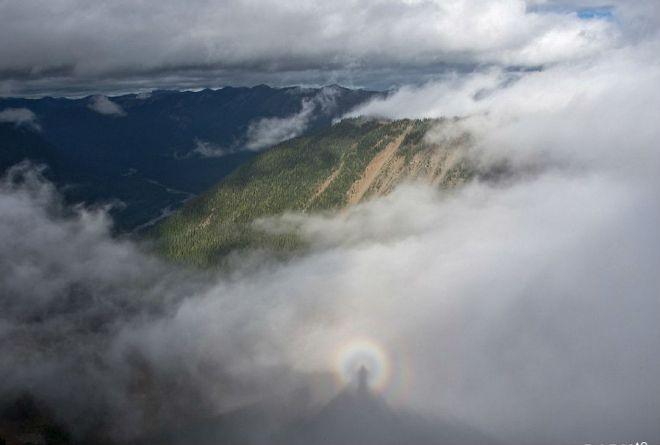 В горах Маунт-Рейнир в США появился «брокенский призрак». Это явление наблюдается чаще в высоких горах, когда человек находится на линии между Солнцем и туманом, который расположен ниже наблюдателя.