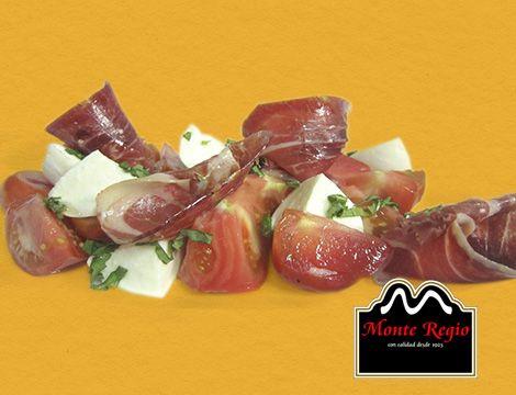 Ensalada de tomate, mozarrella y jamón ibérico de bellota #MonteRegio.