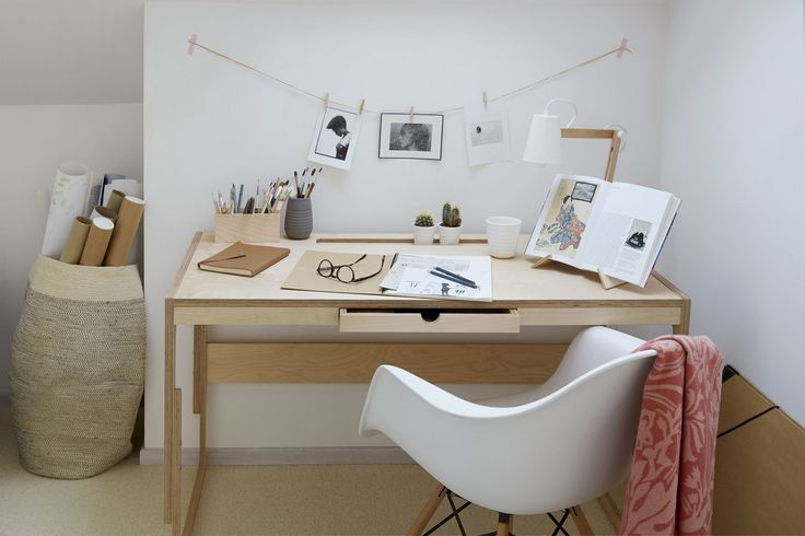 Biurko z regulowanym blatem nadaje się dla klienta w każdym wieku. Minimalistyczny kształt i naturalny kolor dostosowuje się do każdego wnętrza.  The desk is designed for each customer, allows to adjust the heights. A gift for child becomes his place of work for life, the lowest level - 60 cm - allows to sea beside it the proud first year pupil, and even a preschooler, the highest level - 72 cm -  is already working for a high school graduate, a student, an adult man.
