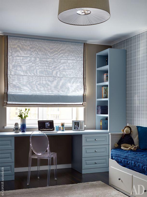 Детская комната. Письменный стол и стеллажи сделаны на заказ по эскизам дизайнера, Alex Interior Group. Стул Kartell. Обои O-design.