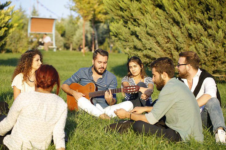 Üniversite Araştırmaları Laboratuvarı (UNİ-AR) tarafından gerçekleştirilen Türkiye Üniversite Memnuniyet Araştırması (TÜMA) raporuna göre yüzlerce üniversite, listede sıralanarak çeşitli kategorilerde yerini aldı.  Üniversite öğrencilerinin deneyimlerini ve memnuniyetlerini anlama, öğrenci deneyimini zenginleştirmek ve üniversiteleri daha öğrenci merkezli uluslararası bir üniversite olma yolunda bir yol gösterici olması açısından yapılan araştırmalarda üniversiteler ayrı ayrı kategorilerde…